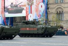 步兵根据被跟踪的平台` kurganets-25 `的作战车辆在游行期间以纪念V的第72周年 免版税图库摄影