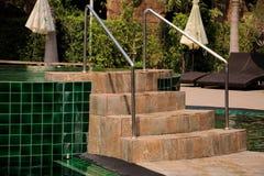 步和梯子到游泳池里 库存图片
