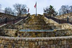 步喷泉与旗子的 免版税库存照片