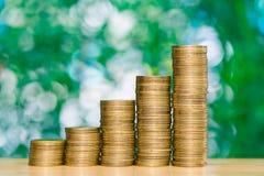 步在桌上的硬币堆在庭院里有绿色背景, f 免版税库存图片