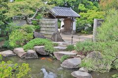 步在Koko en庭院里向在一个池塘的道路扔石头 免版税图库摄影