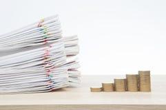 步堆金币和超载报告成功的概念 免版税库存照片
