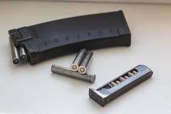 步枪和手枪项目符号 图库摄影