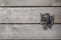 步枪在木背景的子弹壳 库存照片