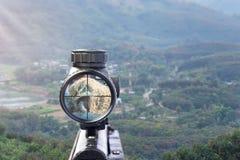 步枪在自然本底的目标视图 免版税库存照片