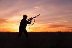 步枪猎人准备好在日落 库存图片