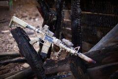 攻击步枪,绘在沙子颜色 免版税库存图片