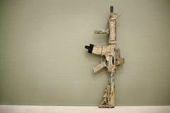 攻击步枪,绘在沙子颜色 库存照片