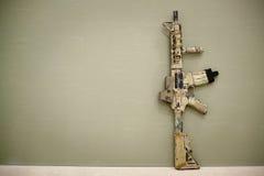 攻击步枪,绘在沙子颜色 免版税库存照片