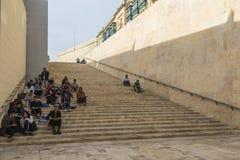 步的艺术系学生在入口向马耳他的瓦莱塔 免版税库存图片
