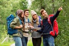 步行与背包和地图的朋友或旅客 免版税库存照片