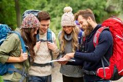 步行与背包和地图的朋友或旅客 库存图片