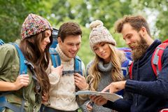 步行与背包和地图的朋友或旅客 免版税图库摄影