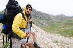 步行与背包的小组微笑的朋友户外 旅行、旅游业、远足和人概念 库存图片