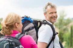 步行与妻子的成熟人 免版税库存照片