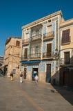 步行五颜六色的瓷砖盖的街道和老大厦在卡塞里斯 库存照片