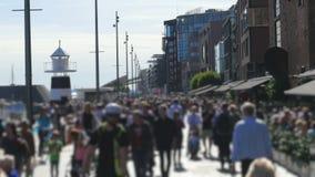 步行人民走在奥斯陆老市街市街道上的,挪威 股票视频