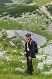 步行入山的老人 免版税库存照片