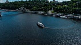 步行公园桥梁和Dnipro河鸟瞰图  库存图片