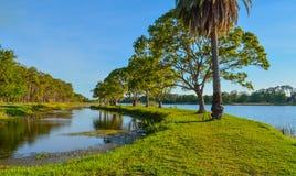 步行和海岛的看法的一美好的天约翰的S 缓慢的泰勒公园,佛罗里达 图库摄影