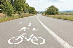 步行和自行车车道 自行车的在绘的标志和走 免版税库存图片