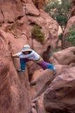 步行在一个干燥峡谷的妇女 免版税库存图片