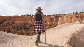 步行在一串风景小径足迹的妇女在布赖斯峡谷公园 股票录像