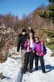 步行在一座高冬天山的小组游人 库存图片