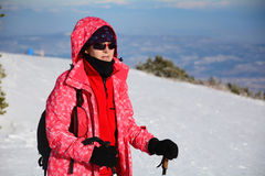 步行在一座高冬天山的旅游妇女 免版税图库摄影