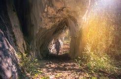 步行在一次岩石隧道旅行的妇女旅客 图库摄影