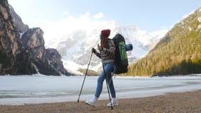 步行在与一个大旅行的背包的lago di braies海岸的年轻女人 影视素材