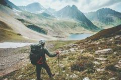 步行在与背包远足冒险概念暑假室外探索的旅行生活方式的山的冒险家人狂放 图库摄影