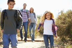 步行在乡下的母亲和孩子 免版税库存图片