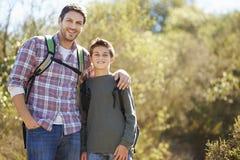 步行在乡下的父亲和儿子 库存照片