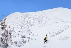 步行在冬天山的高山游览的滑雪者 免版税库存图片
