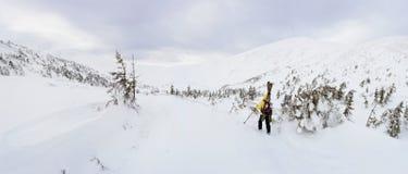 步行在冬天山的高山游览的滑雪者 图库摄影