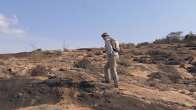 步行在冷却的熔岩一个石高原的活跃妇女在休眠火山的 股票录像