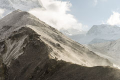 步行在喜马拉雅山的人们 免版税库存图片