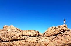 步行在壮观的岩石的人 库存照片