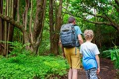 步行在夏威夷的家庭 免版税图库摄影