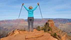 步行在大峡谷的妇女对观察点和胳膊  免版税库存图片
