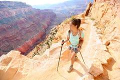步行在大峡谷的远足者妇女 免版税图库摄影