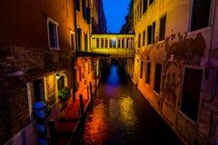 步行在威尼斯街道上的晚上  库存图片