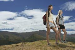 步行在小山的两名妇女 免版税库存照片