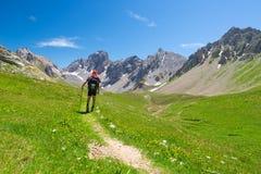 步行在小径和看从上面的背包徒步旅行者膨胀的看法 夏天冒险和探险在意大利法国人 库存照片