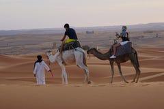 步行在尔格沙漠在摩洛哥 免版税库存图片