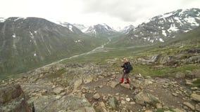 步行在尤通黑门山脉国家公园,挪威的妇女 股票录像