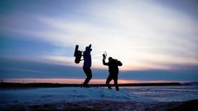 步行在山冒险的人背包徒步旅行者 远足者夫妇旅行享受生活风景自然风景 背景海滩异乎寻常的做的海洋沙子雪人热带假期白色冬天 股票视频
