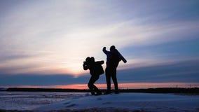 步行在山冒险的人背包徒步旅行者 远足者夫妇旅行享受生活风景自然风景 背景海滩异乎寻常的做的海洋沙子雪人热带假期白色冬天 股票录像