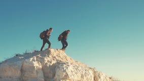 步行在山冒险的男性背包徒步旅行者 远足者夫妇旅行享受生活风景自然风景 katya krasnodar夏天领土假期 股票录像